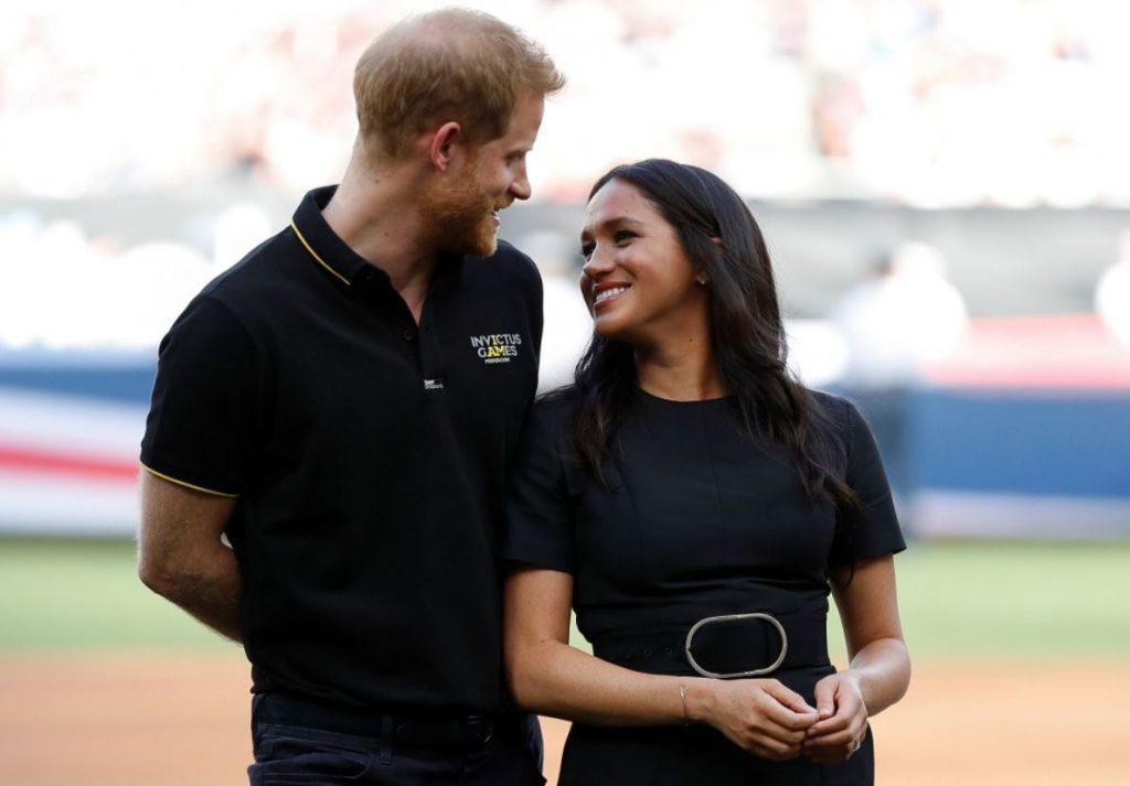 Megana Mārkla un princis Harijs apmeklē beisbola spēli Londonā.