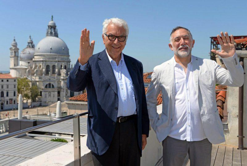 Venēcijas arhitektūras biennāles kurators Hašims Sarkis (no labās) un biennāles prezidents Paolo Barata.