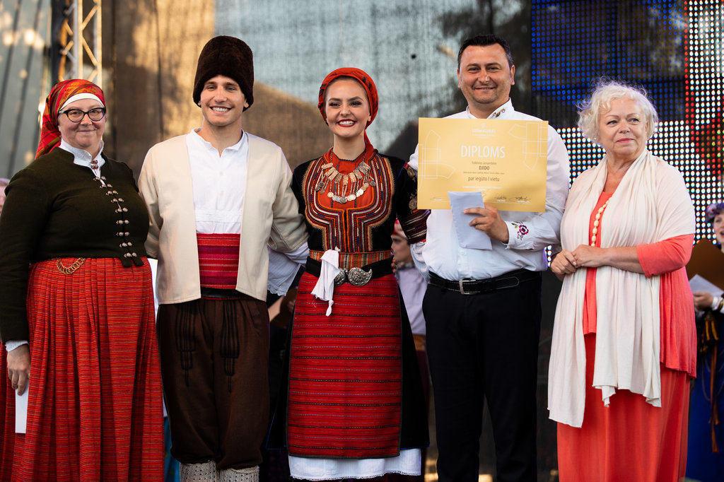 Diplomus ansambļu mākslinieciskajiem vadītājiem pasniedza Latvijas Nacionālā kultūras centra direktore Signe Pujāte un konkursa žūrijas priekšsēdētāja Rita Spalva.