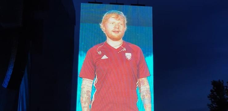 Eds Šīrans, iespējams, ir slavenākais mūzikas pasaules pārstāvis, kas uzvilcis Latvijas futbola izlases kreklu.