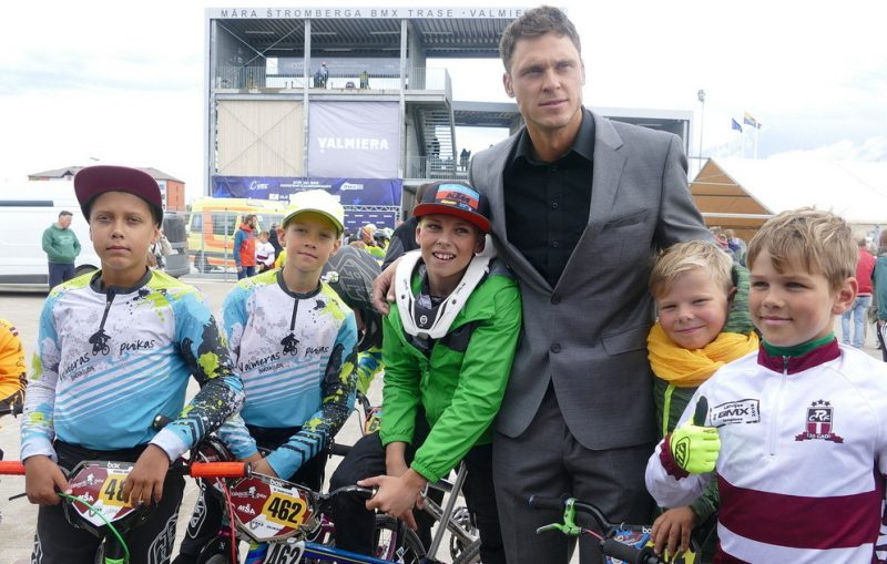 Māris Štrombergs ar jaunajiem BMX sportistiem trases atklāšanā.