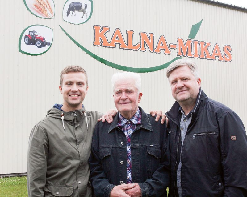 """""""Kalna Mikās"""" saimnieko trīs paaudzes: (no kreisās) Āris Brantevics, Visvaldis Brantevics un Jānis Brantevics."""
