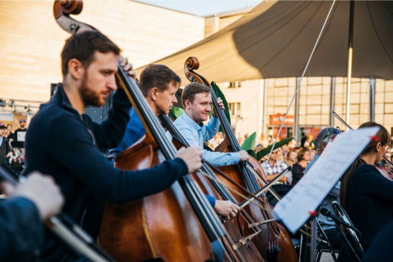 """Uz """"Origo Summer Stage"""" Linda Leen un citi mākslinieki ieskandina festivālu """"LNSO vasarnīca""""."""