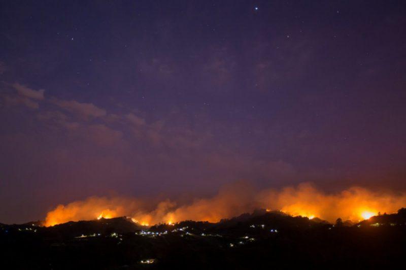 Spānijai piederošo Kanāriju salu arhipelāgā plosās savvaļas ugunsgrēki.