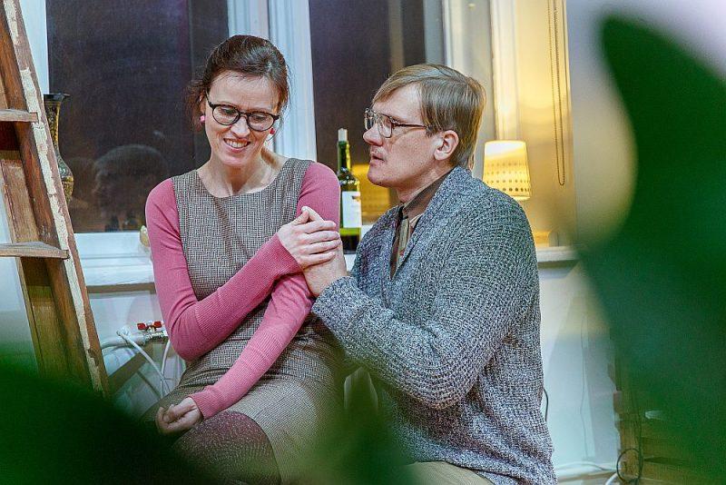 """Skats no Alekseja Slapovska lugas """"Antālija"""" iestudējuma Cēsu Mazajā teātrī. Režisore – Anita Sproģe, aktieri – Ilze Lieckalniņa un Gatis Gāga."""