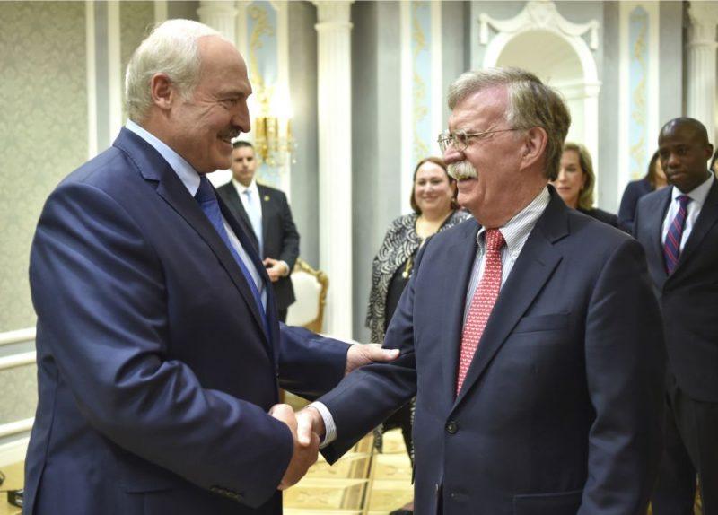 Aleksandrs Lukašenko (foto – no kreisās) un Džons Boltons.