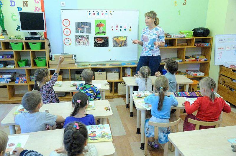 Rīgas pašvaldībā atzīst, ka trūkstot ne tikai labā latviešu valodā runājošu pedagogu, bet pirmsskolas pedagogu vispār.