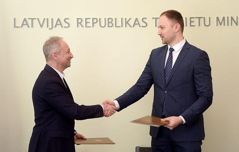 Iepriekš iekšlietu ministrs Sandis Ģirģens (no labās) un tieslietu ministrs Jānis Bordāns vienojušies par ciešāku sadarbību, tomēr pēdējā laikā starp abiem notiek asa vārdu pārmaiņa.