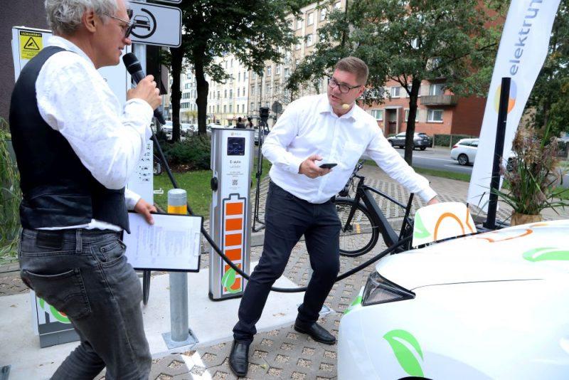 """""""Latvenergo"""" atklāj elektromobiļu uzlādes staciju Rīgā."""