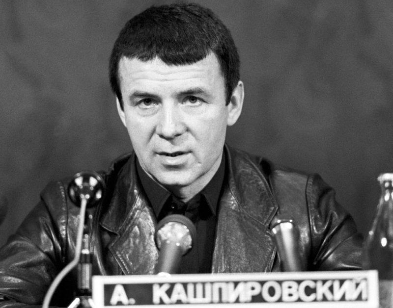"""Pirms 30 gadiem, kad psihoterapeits Anatolijs Kašpirovskis bija savas slavas zenītā, viņa """"ārstnieciskie seansi"""" pie TV ekrāniem pulcēja miljoniem padomju pilsoņu, kas cerēja uz brīnumainu izdziedināšanos."""