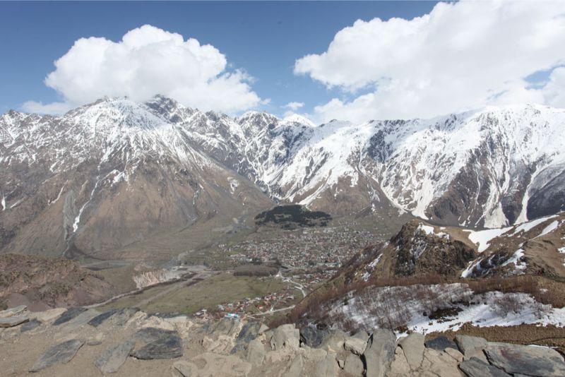 Kaukāza kalni ar pavasara sniega cepurēm.