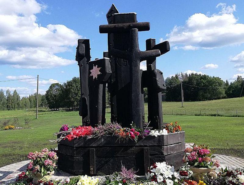 """Zigfrīda Sapieša veidotais piemineklis """"Sibīrijas krusti"""" atklāts Sunākstes centrā, tēlnieka dzimtajā pagastā."""