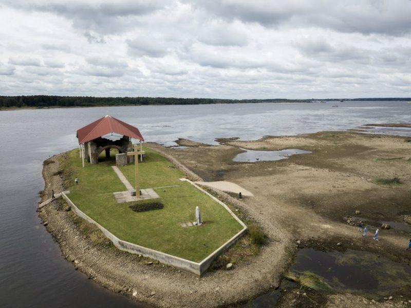 Daugavas gultne pie Svētā Meinarda salas Ikšķilē, kur katru gadu augustā tiek samazināts ūdens līmenis.