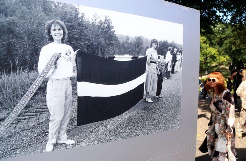"""""""Baltijas ceļam"""" veltītā lielformāta fotoizstāde """"Akcija """"Baltijas ceļš 1989"""""""" Brīvības laukumā."""