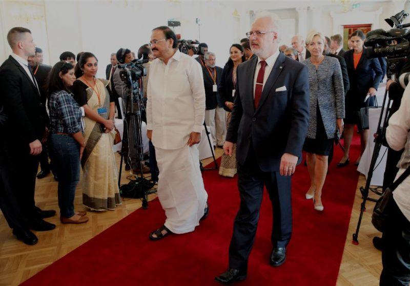 Valsts prezidents Egils Levits (no labās) un Indijas viceprezidents Venkaia Naidu preses konferences laikā Rīgas pilī.