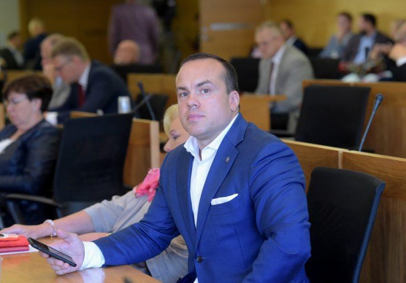Rīgas domes deputāts Sandris Bergmanis piedalās Rīgas domes ārkārtas sēdē, kurā lemj par vicemēra ievēlēšanu un par kandidātiem uz Rīgas brīvostas pārvaldes valdes locekļu amatiem.