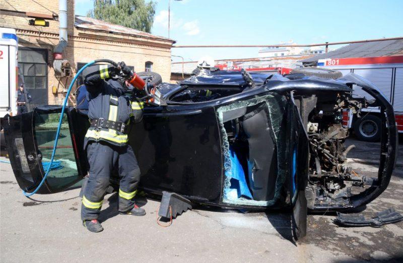 Ugunsdzēsēji glābēji preses konferencē par pareizu rīcību pēc ceļu satiksmes negadījumiem demonstrē, kā ar hidraulisko instrumentu palīdzību no avarējušām automašīnām tiek atbrīvoti tajās iespiesti cilvēki.