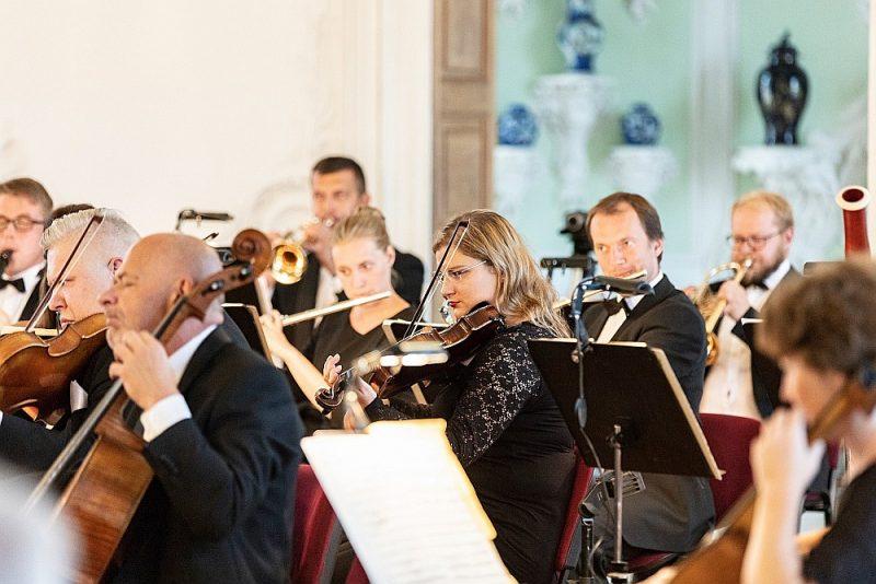 Liepājas simfoniskā orķestra lasījumā Andra Veismaņa vadībā Mocarta un Mendelsona simfonijas izskanēja spriegi, kolorīti un atraisīti.