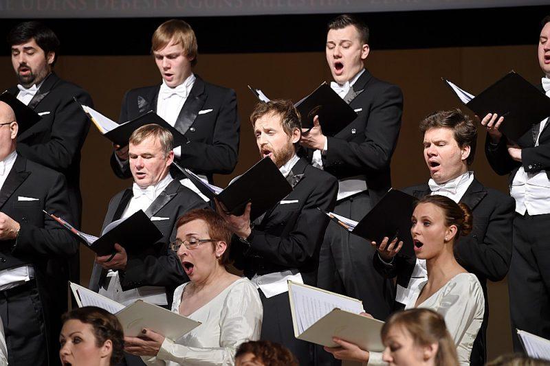 """Koncertā """"Franču mūzikas dižgari"""" Valsts akadēmiskais koris """"Latvija"""" kopā ar viesmāksliniekiem darīja ļoti daudz, lai klausītājiem atklātu Pulenka un Forē opusu vērtību."""