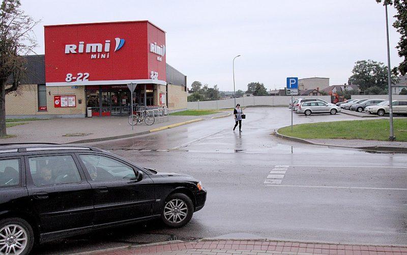 """Tukumā """"Lidl"""" piebraukšanai vēlējies izmantot zemi, kas pieder """"Rimi Latvia"""", taču pēdējais šo saskaņojumu nav devis. """"Lidl"""" (kas būvē veikalu aiz attēlā redzamās sētas) pats veidos divus iebraucamos ceļus no otras puses – viens būs no Kurzemes ielas un otrs no Raudas ielas."""
