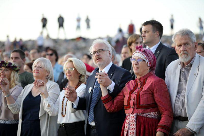 No kreisās: Saeimas priekšsēdētāja Ināra Mūrniece, Latvijas Valsts prezidents Egils Levits un Eiropas Parlamenta deputāte Sandra Kalniete.
