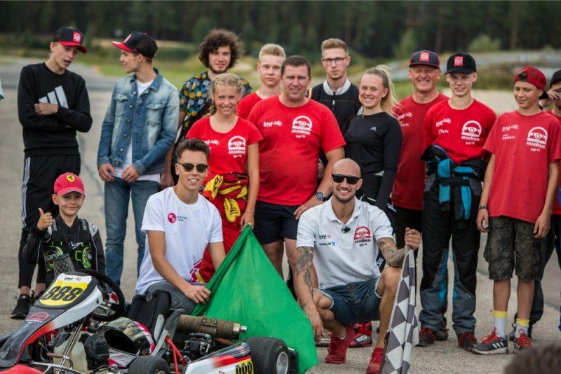 """Probācijā esošie jaunieši """"LMT Autosporta Akadēmijas"""" nometnē kopā ar mentoriem."""