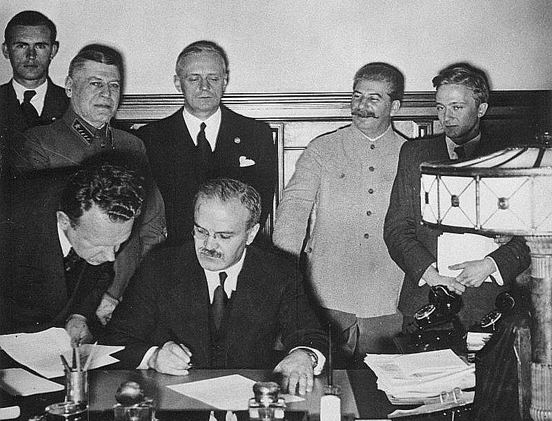 Molotova–Ribentropa pakta parakstīšana.