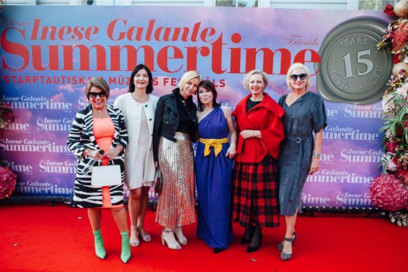 """Slavenības, miljonāri un mūziķi pulcējas festivālā """"Summertime – aicina Inese Galante""""."""