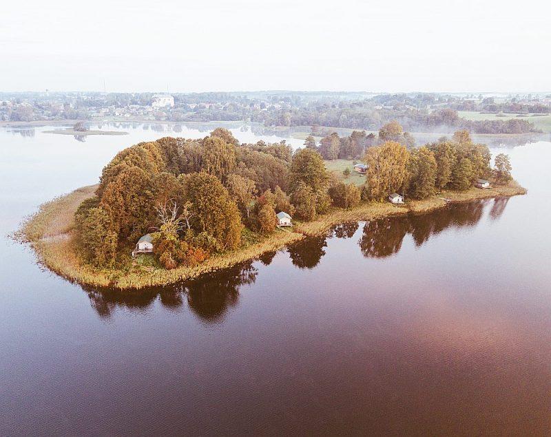 Dagdas ezera salā izveidota videi draudzīga un klusa atpūtas vieta mierīgas atpūtas baudīšanai dabā.