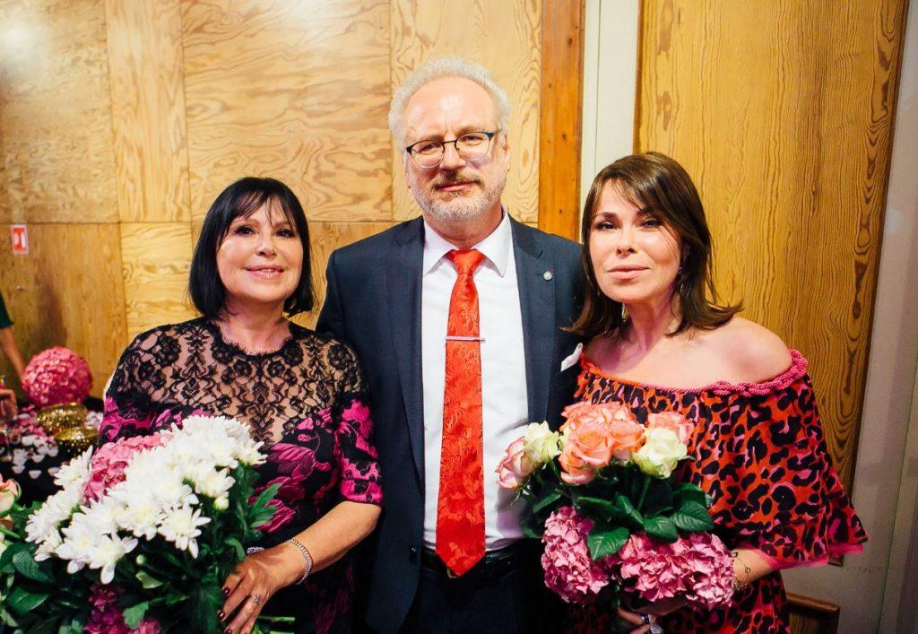 Operdziedātāja Inese Galante ar Latvijas prezidentu Egilu Levitu un meitu Diānu.