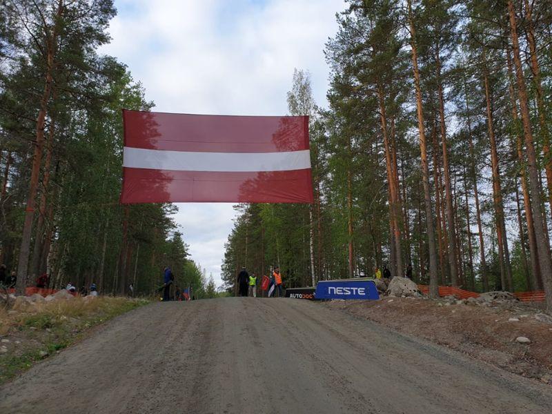 Latviešu fani ieguldīja lielas pūles, lai valsts karogu ievērotu miljoniem liela auditorija.