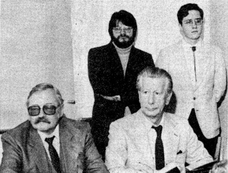 """Imants Lešinskis un Uldis Ģērmanis preses konferencē Stokholmā 1982. gada 21. janvārī. Aizmugurē pirmais no kreisās Atis Lejiņš. Foto no trimdas laikraksta """"Latvija""""."""