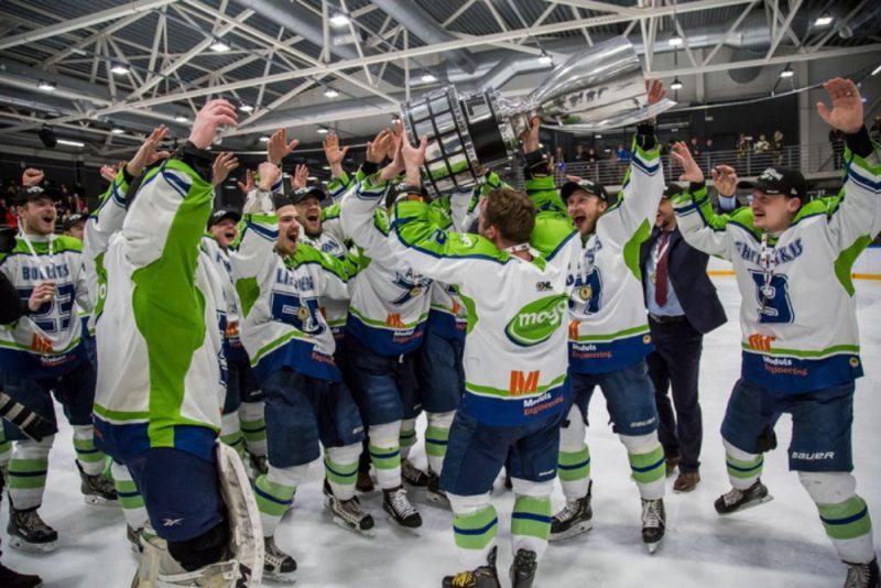 """HK """"Mogo"""" hokejisti pavasarī virs galvas cēla Latvijas čempionu kausu."""