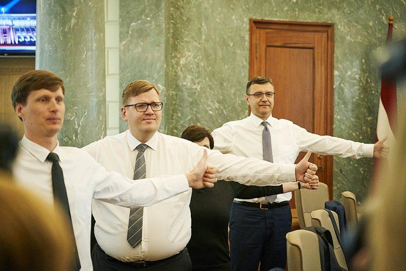Vides aizsardzības un reģionālās attīstības ministram Jurim Pūcem (vidū) būs ko papūlēties, lai pārliecinātu koalīcijas partnerus Saeimā pieņemt ar reformu saistītos likumus.