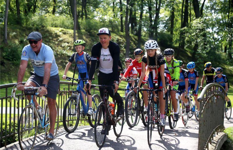 Toms Skujiņš (vidū) aicina velobraukšanas entuziastus piedalīties29. Vienības braucienā.