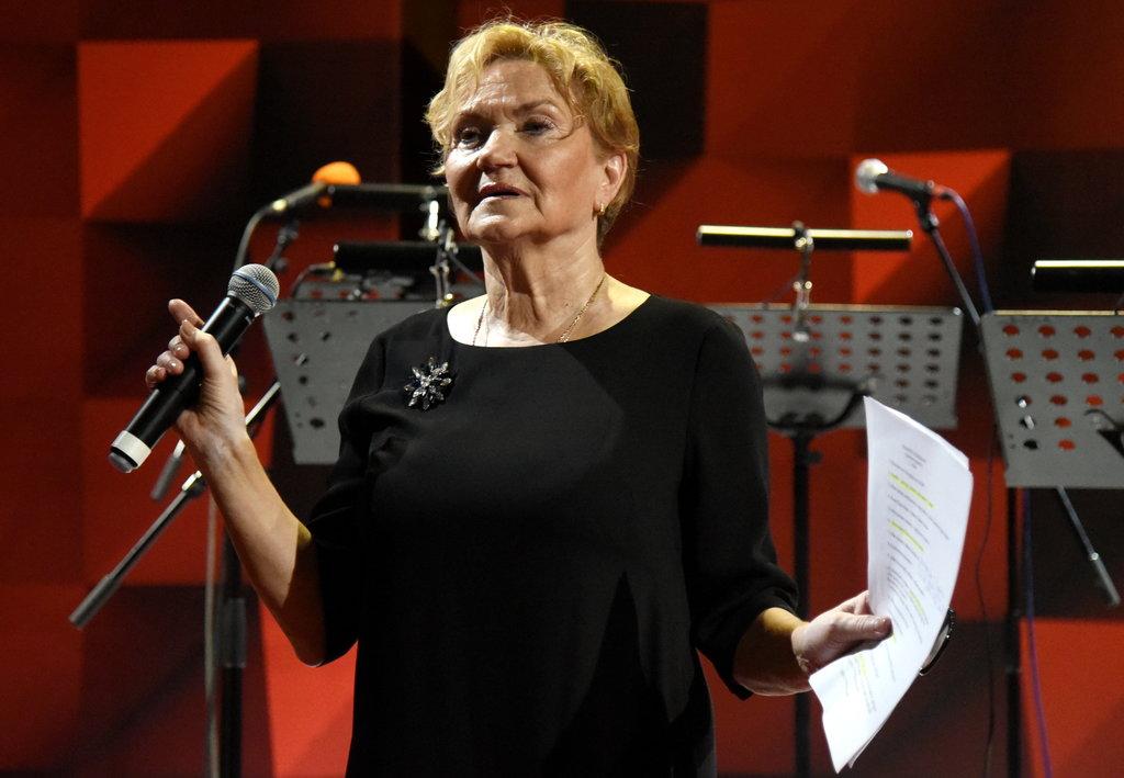 Latvijas Radio teātra vadītāja Māra Eglīte ielasījuši šķirkļus par teātri Latvijā.