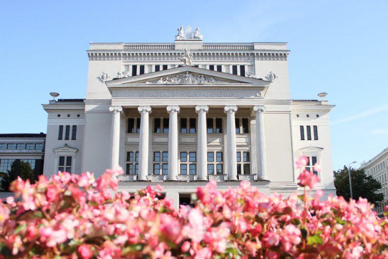 Īpaši vasarā Rīgas Baltais nams izskatās skaisti un reprezentatīvi, tomēr ēka brēktin brēc pēc remonta.