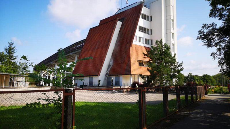 Ugunsdzēsēji glābēji dzēš Siguldas trases jumtu.