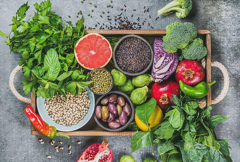 Vegāniem regulāri jāēd rieksti, sēklas, dārzeņi, augļi, pākšaugi, īpaši ieteicami ir sojas produkti.