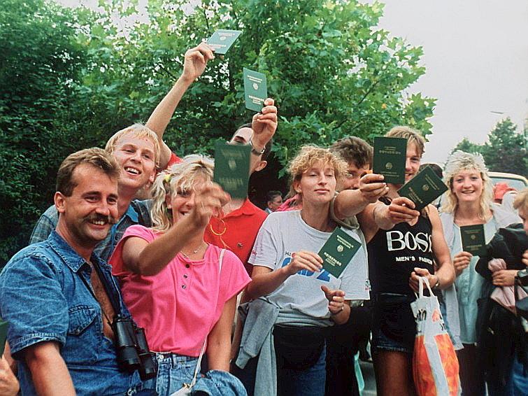 Ungārijas robežu šķērsojušie VDR pilsoņi.