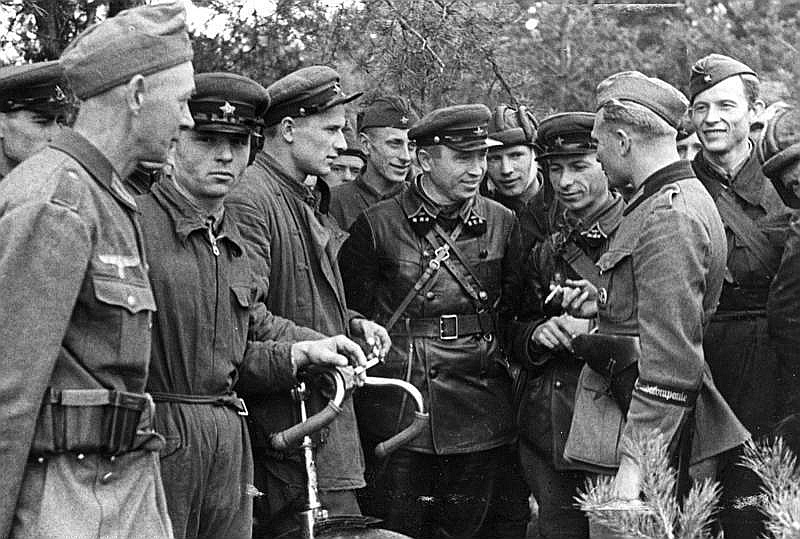 Padomju un vācu karavīru tikšanās poļiem atkarotajā Brestā 20. septembrī.
