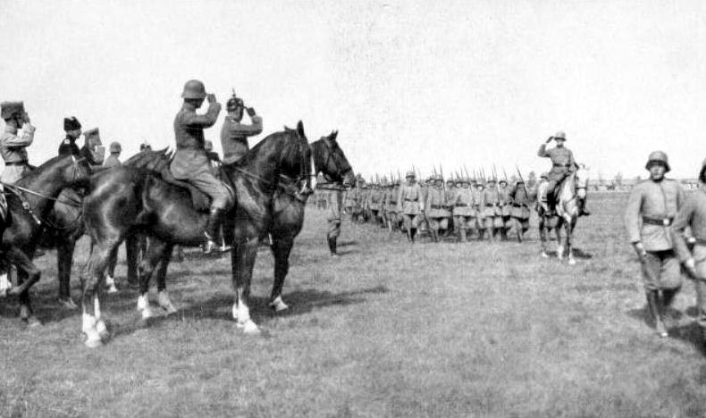 Golcs un Bermonts pieņem karaspēka parādi Jelgavā.