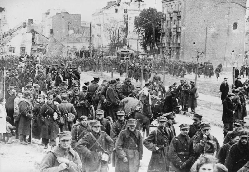 Varšavas garnizona karavīri dodas gūstā.