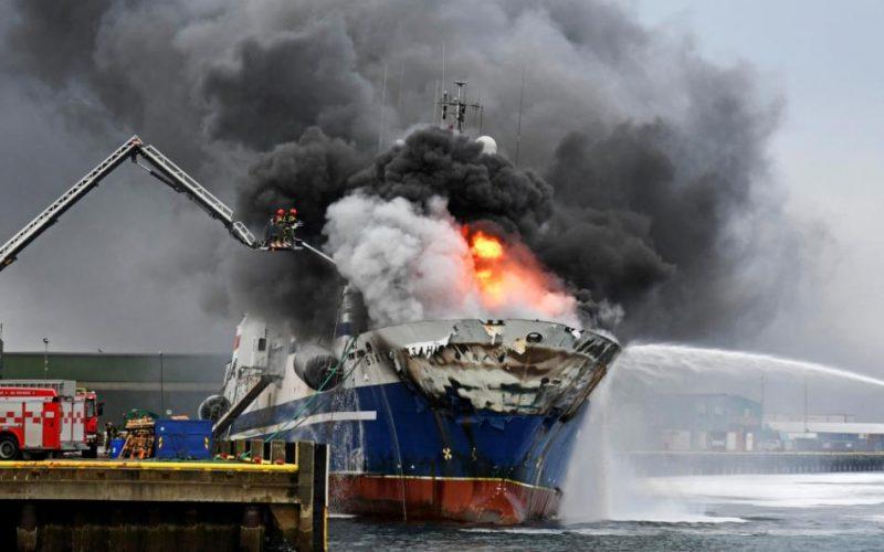Norvēģijas ziemeļu ostā Breivīkā otro dienu deg Krievijas traleris