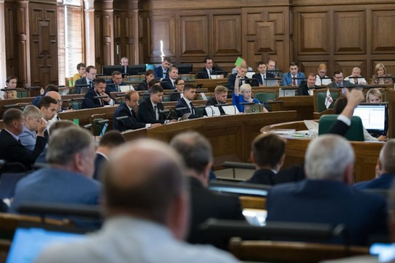 Darbs Saeimas sēdē.