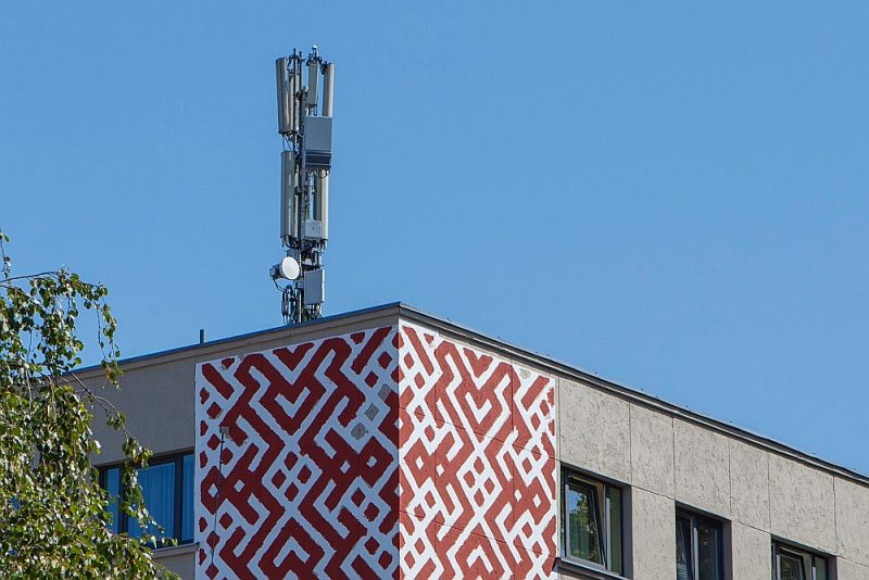 """5G antenas """"kaste"""" piestiprināta pie tām pašām 4G antenu """"skandām"""" – pirmā Latvijā uzstādītā – uz viesnīcas """"Līva"""" jumta Liepājā."""