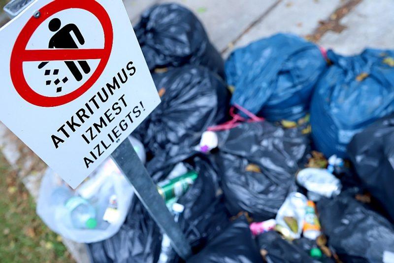 Tā kā līgumi ar atkritumu apsaimniekotājiem pēc 15. septembra vairs nebūs spēkā, pastāv draudi, ka daudzviet Rīgā atkritumus neizvedīs.