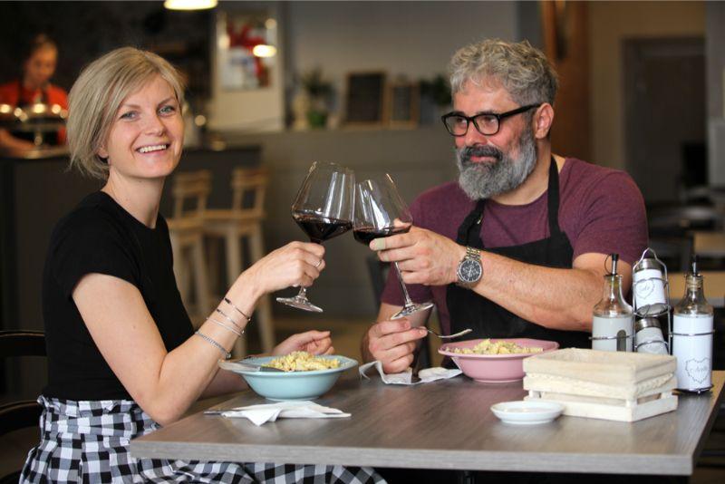 Pašā Cēsu centrā itālis Maksis Macola (Max Mazzola) un latviete Baiba Bārda ar palīgu komandu jau gadu radina savus apmeklētājus pie īsta itāļu ēdiena.