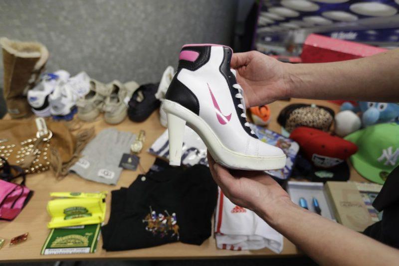 """Ilustratīvs foto. Lielbritānijā konfiscētas viltotas preces, tajā skaitā """"Nike"""" apavi."""