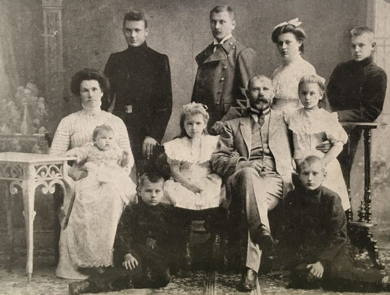 Šī ir vienīgā zināmā fotogrāfija, kurā redzami visi deviņi Jāņa un Justīnes bērni. 1910. gads, pastarīte Daila ir nesen dzimusi, bet pēc dažiem gadiem sākās Pirmais pasaules karš, kurā krita vecākais dēls Visvaldis.